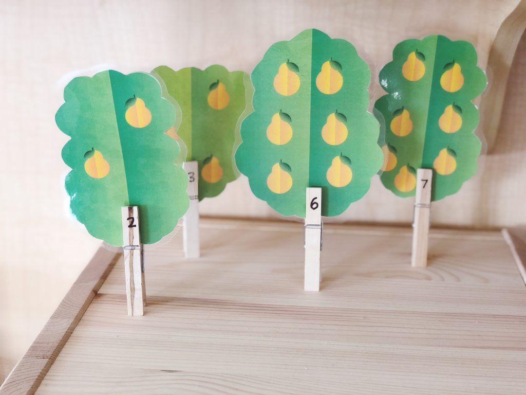 Count the pears in the pear tree - printable activity for toddlers and preschool