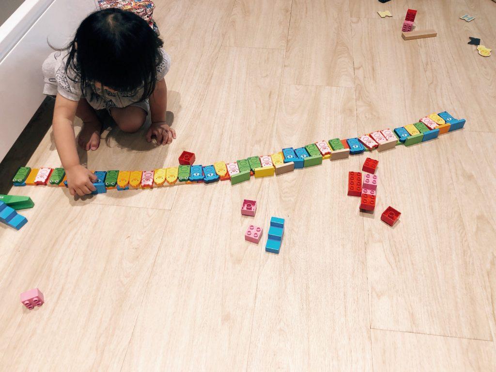 Positioning schema: lining up dominos